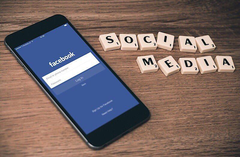 Nachrichten-Betrüger-Social-Media-Telefon